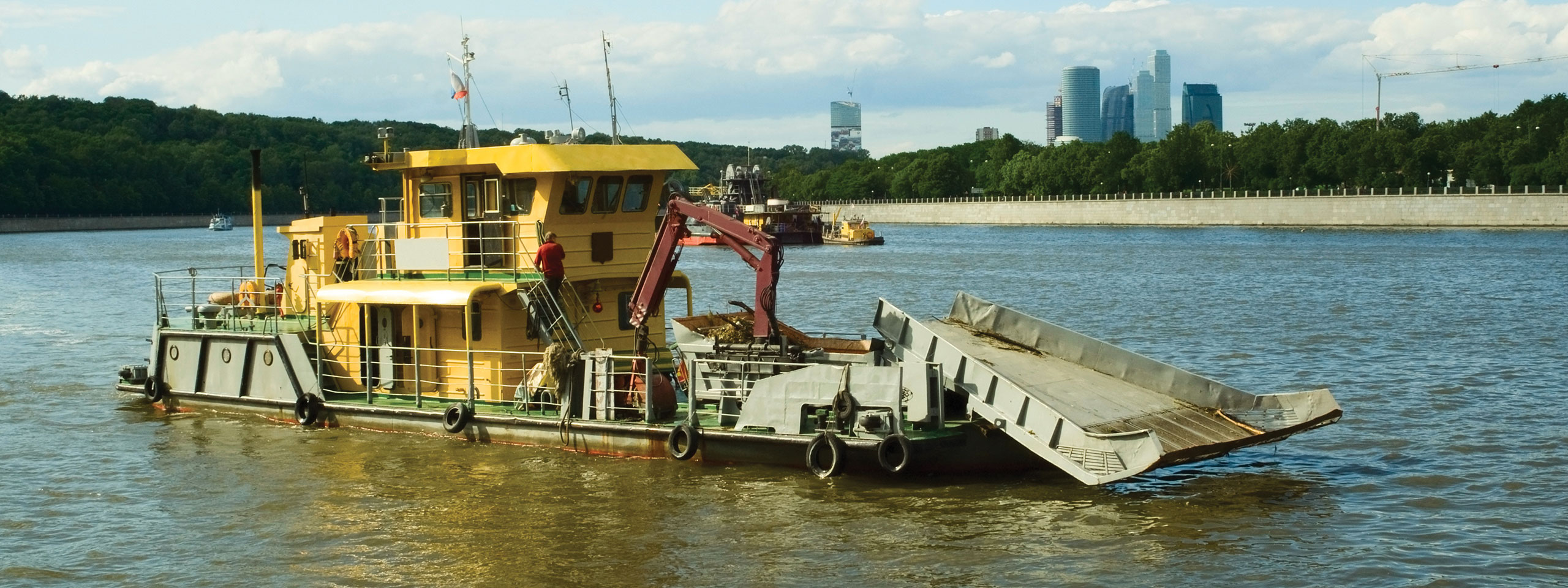 barge travaux grues jaunes
